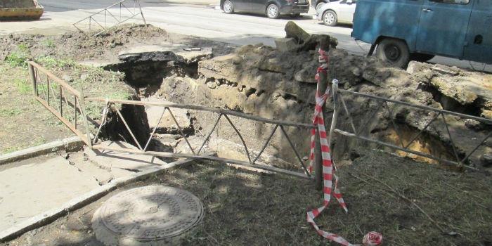 ВСаратове из-за провала надороге перекрыли улицу Зарубина